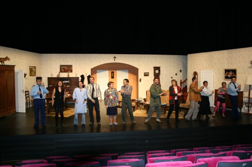 Présentation de la troupe, le soir de la générale. Les acteurs(trices) ne savent pas encore qu'ils vont avoir un énorme succès, largement mérité.
