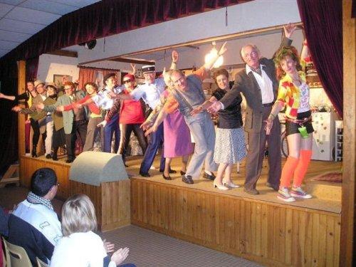 Présentation de la troupe après sa brillante prestation.
